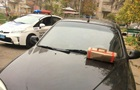 В Херсоне полицейский нашел на капоте коробку с горючим