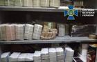 Обыски в Херсоне: СБУ показала стелаж денег