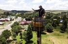 Житель ЮАР ради рекорда поселился в бочке
