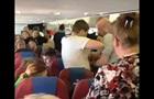 Буянившую в самолете пассажирку утихомирили скотчем