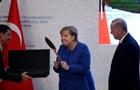 Меркель удивила реакцией на подарок Эрдогана