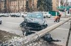 У центі Києва позашляховик збив бетонний стовп