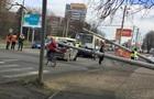 У Львові два бетонних стовпи впали на тролейбус та авто