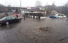 В Киеве затопило дорогу возле метро Сырец