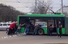 У Харкові пасажири намагалися допомогти тролейбусу