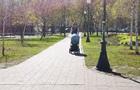 У парках Києва люди гуляють, попри карантин