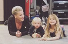 Молилась : Pink рассказала, как перенес коронавирус ее маленький сын