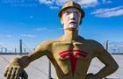 В США гигантской статуе нарисовали лицо Маска