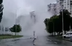 Фонтан з прорваної труби в Києві потрапив на відео