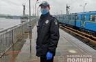 В Киеве мужчина пытался спрыгнуть с моста на станции метро Днепр