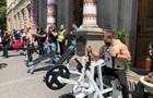 Под Львовскую ОГА протестующие принесли фитнес-тренажеры