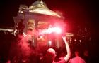 У Белграді протестуючі закидали парламент петардами