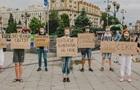 В Киеве подростки устроили акцию с плакатами со странными надписями