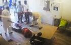 Во Франции битами избили мужчину за просьбу надеть маску