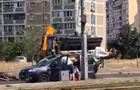 У Києві екскаватор вдарив ковшем по даху авто