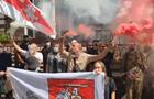 В Киеве у посольства Беларуси зажгли бело-красные файеры