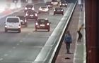 Прыжок парня с моста в Днепре попал на видео