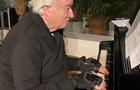 Піаністу допомагають грати біонічні рукавички