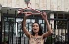 У Києві Femen роздяглася під посольством Польщі