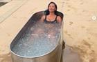Ніколь Шерзінгер тренує тіло у ванні з льоду