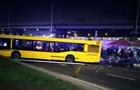 В Киеве автобус врезался в палатку с людьми, есть жертва
