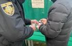 Во Львове мужчина принес на избирательный участок зеленку