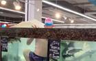 В Херсоне посетитель супермаркета залез в аквариум