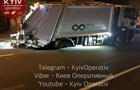 У Києві сміттєвоз провалився під асфальт