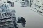У магазині Борисполя чоловік поранив себе ножем. 18+