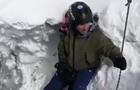 На Эльбрусе сноубордисты повисли над пропастью