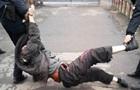 На Сумщині копи наступили коліном на шию чоловікові з інвалідністю
