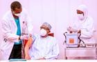 Президент Нигерии сделал прививку от COVID-19
