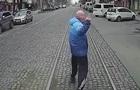 Опоздавший пассажир бежал перед едущим трамваем