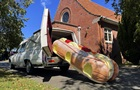 Новозеландец делает необычные гробы - в виде кораблей и пончиков