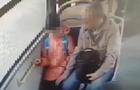 Педофил попал на камеру наблюдения автобуса