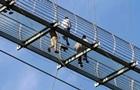 У Китаї турист близько години провів на зруйнованому скляному мосту