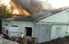 У Києві пожежу на складі гасили понад 30 рятувальників