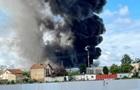 Під Парижем горить хімічний завод
