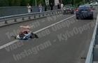 Посеред дороги в Києві вляглася дівчина