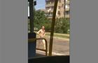 У Києві по дорозі ходив чоловік без одягу