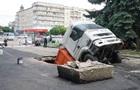 У центрі Житомира вантажівка пішла під землю