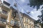 У Києві гасять пожежу в житловому будинку