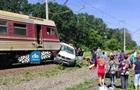Под Харьковом поезд протаранил микроавтобус