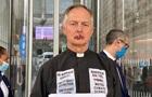 Священик зашив собі рот через проблеми клімату