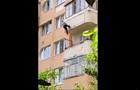 На Тернопольщине пенсионерка выпала из пятого этажа и застряла на веревках