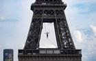 В Париже канатоходец прошел более полукилометра на высоте 70 метров