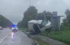 У Львівській області мікроавтобус врізався в зупинку