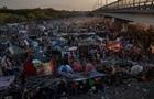 В Техасе мигранты сбились в многотысячный лагерь