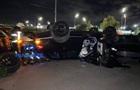 В Киеве внедорожник влетел на парковку и перевернулся на крышу