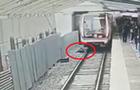 В метро Москвы мужчина прыгнул под поезд